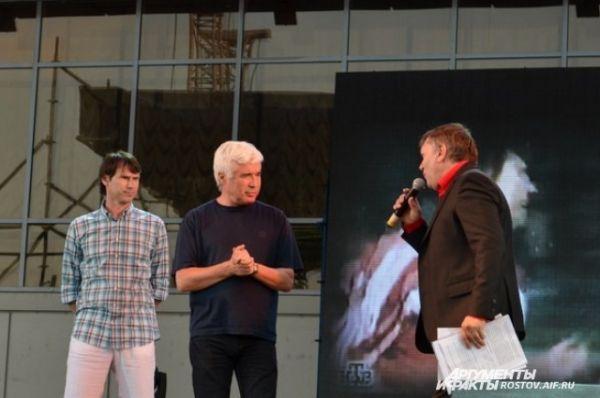 На сцене праздника - титулованные футболисты страны Егор Титов и Евгений Ловчев