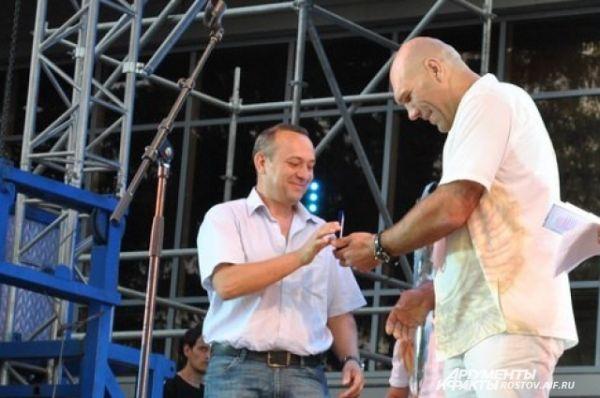 Николай Валуев награждает нейрохирурга, спасшего сотни детских жизней,Эдуарда Росторгуева