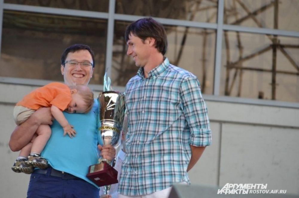 Кубок из рук Егора Титова - за второе место в туринире по мини-футболу получает представитель команды «Поиск» Данил Дорганёв.