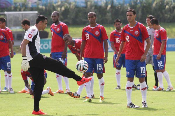 Футболисты Коста-Рики выйдут на поля бразильских стадионов в красно-синей форме с характерным узором.