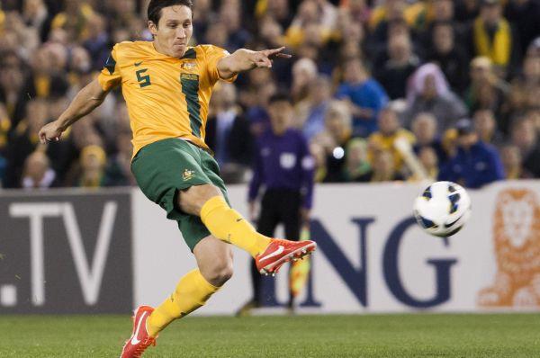 Футболисты солнечной Австралии будут играть в жёлтых футболках с тёмно-зелёной полосой вдоль туловища.