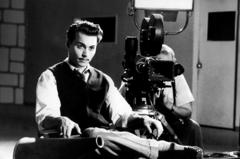 Лори Энн работала гримёром в кино и однажды познакомила Джонни с Николасом Кейджем, начинающим актёром из Лонг-Бич, только что закончившим сниматься в «Бойцовской рыбке» с Деннисом Хоппером, Микки Рурком и Мэттом Диллоном. Кейдж показал Деппа своему агенту, и та быстро устроила юношу на съёмочную площадку фильма «Кошмар на улице вязов».