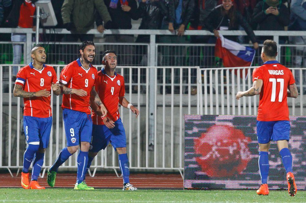 Сборная Чили выступит в традиционной для этой страны красно-синей форме.