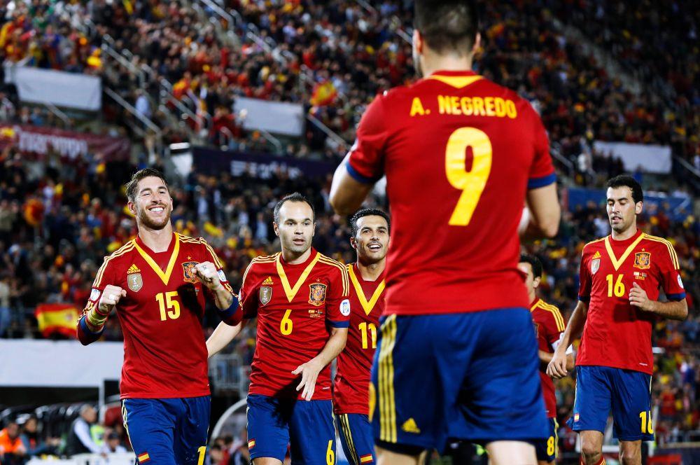 Действующие чемпионы мира – испанцы – остались верны красно-жёлтой форме, принесший сборной успех не только на прошлом чемпионате мира, но и на Евро-2012.