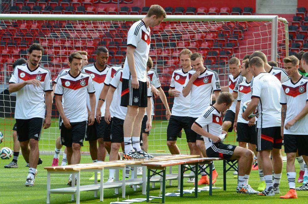 Сборная Германии выступит в Бразилии в традиционной чёрно-белой форме, подчеркнутой узором в цветах национального флага.