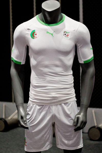 Для команды Алжира подготовлена аккуратная и непритязательная форма белого цвета с зелёными вставками.