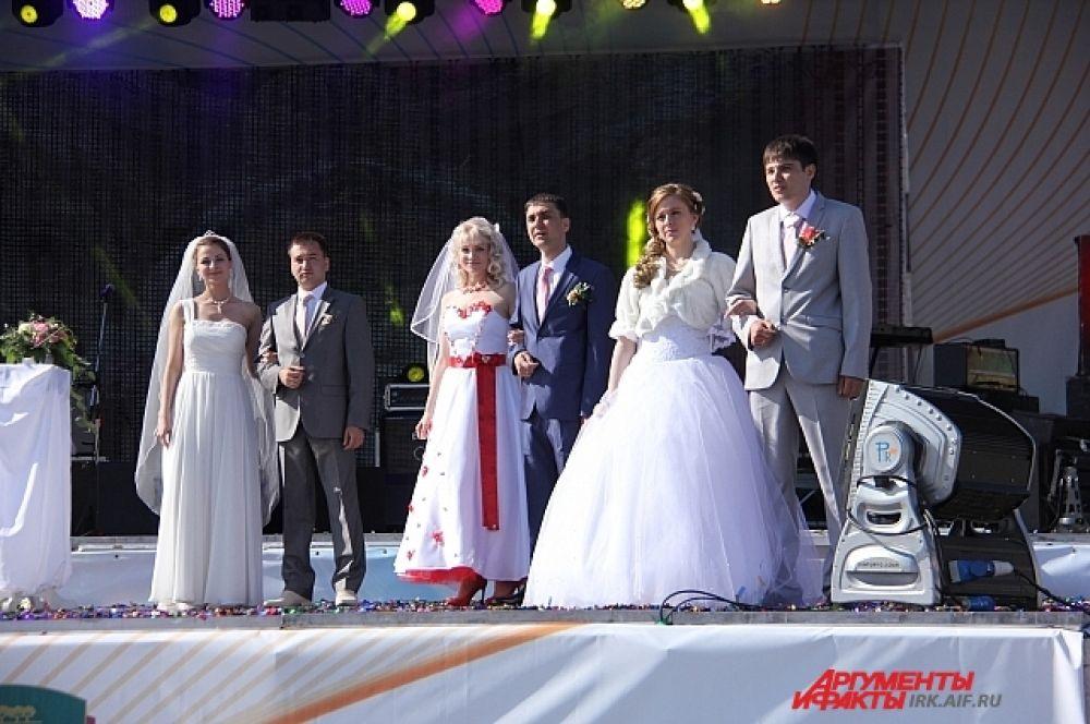 14-ти иркутянам посчастливилось отметить свадьбу на глазах всего города.