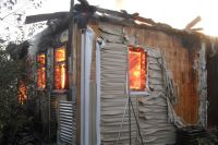 В результате пожара уничтожен дом площадью 13,5 квадратных метров.