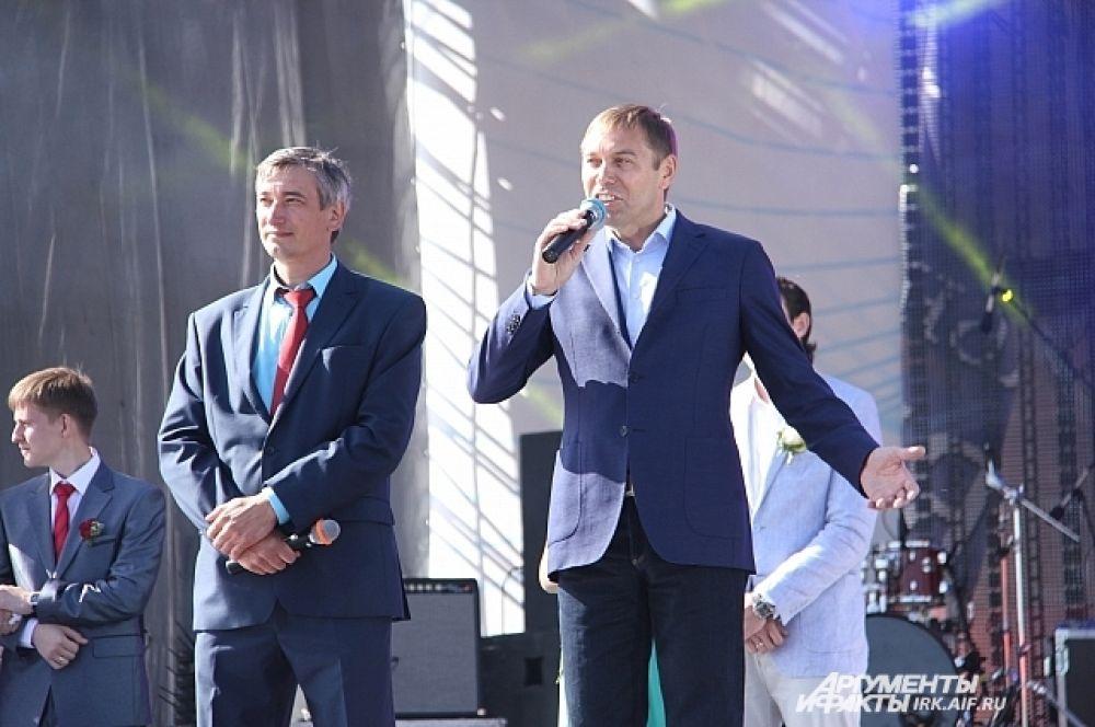 Мэр Виктор Кондрашов поздравил молодых и пожелал долгих счастливых лет вместе.