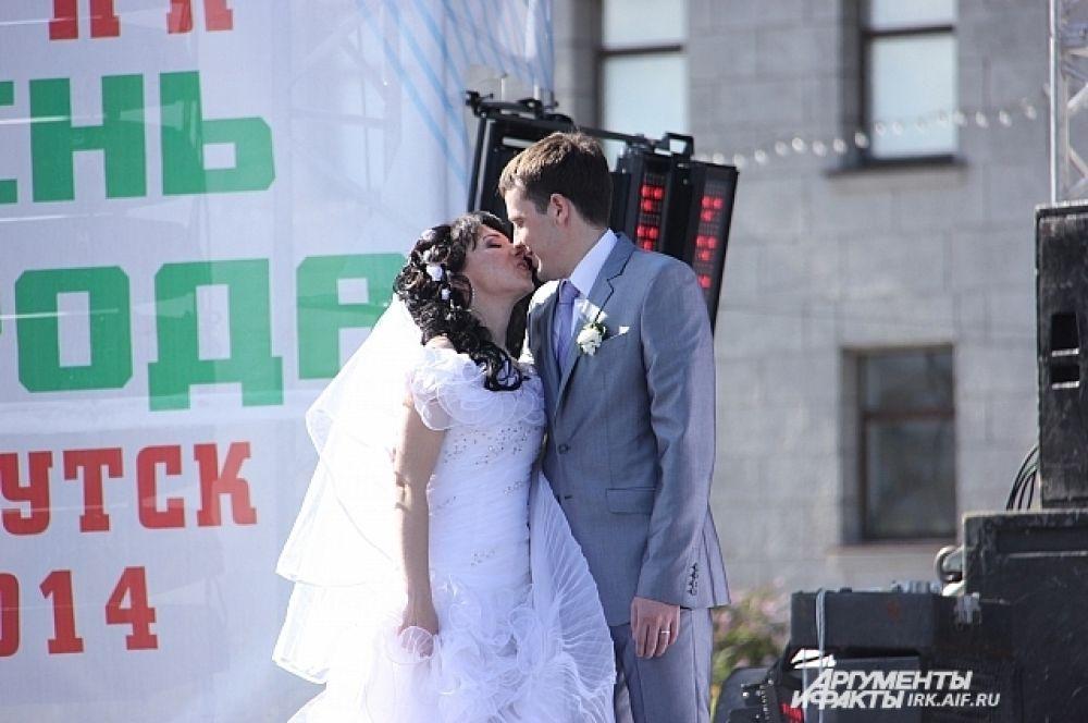 Новоиспеченные мужья и жены порадовали публику нежными поцелуями.