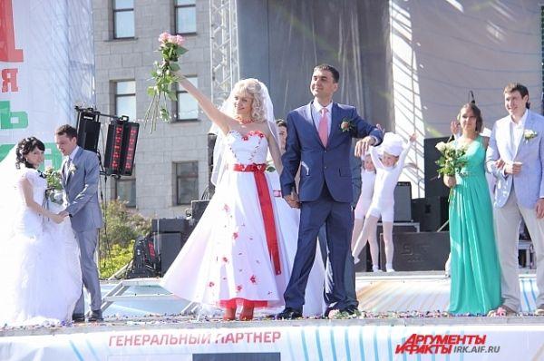 Иркутяне горячо привествовали женихов и невест.
