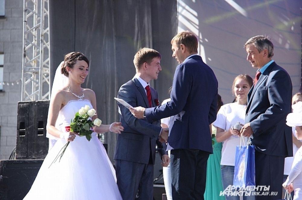 Всем новообразованным семьям мэр вручил свидетельства о регистрации брака.