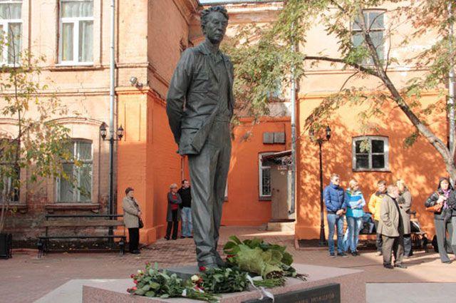 Памятник первому губернатору Иркутской области Юрию Ножикову.