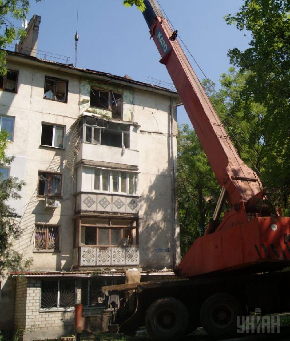 Спасательная техника разбирает конструкции многоэтажки