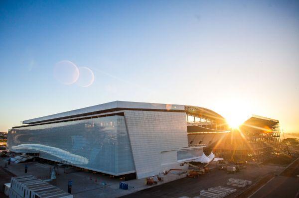 «Арена Коринтианс» в Сан-Паулу должна принять матч Бразилия – Хорватия, первую игру Кубка мира. Со строительством этого стадиона были связаны большие проблемы – проект уже не однократно прерывался из-за гибели рабочих. Впрочем, устроители утверждают, что стадион будет готов, но в самый последний момент.