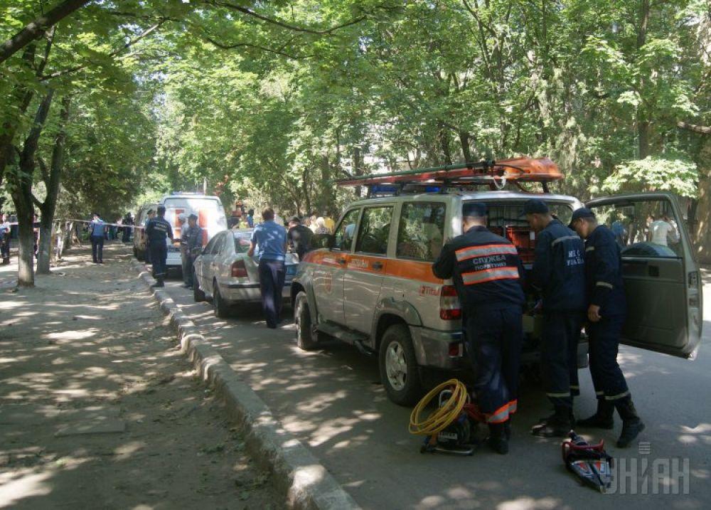 Служба спасения на месте взрыва высотки в Николаеве