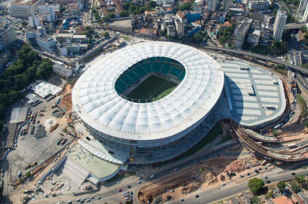Стадион «Фонте-Нова» был открыт в Салвадоре ещё в 1951 году. В 89-м 110 438 зрителей установили рекорд посещаемости арены – тогда местный клуб «Байя» победил «Флуминенсе» 2:1. В 2007 году обрушилась часть одного из верхних секторов, погибли семь человек. Через три года «Фонте-Нова» был снесён и на его месте к Кубку мира выстроен новый.