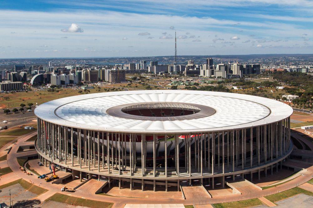 Национальный стадион Бразилии имени Манэ Гарринчи в столице страны Бразилиа был построен в прошлом году на месте старого. По задумке создателей, новая арена вместит 71 400 зрителей. Это полностью футбольный стадион, и его планируется задействовать в рамках футбольного турнира Олимпийских игр 2016 года.