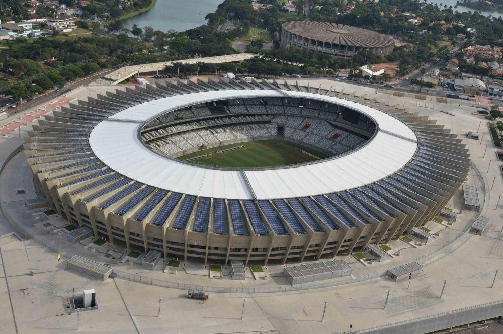 Стадион «Минейран» в районе Пампулья города Белу-Оризонти, домашняя арена легендарных «Крузейро» и «Атлетико Минейро», был открыт в 1965-м. В конце 2012 года комплекс закрыли на реконструкцию – увеличена вместимость арены, а над трибунами возведён козырёк от дождя.