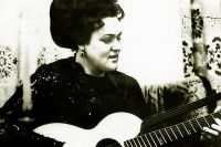 В компаниях Зыкина часто брала в руки гитару.