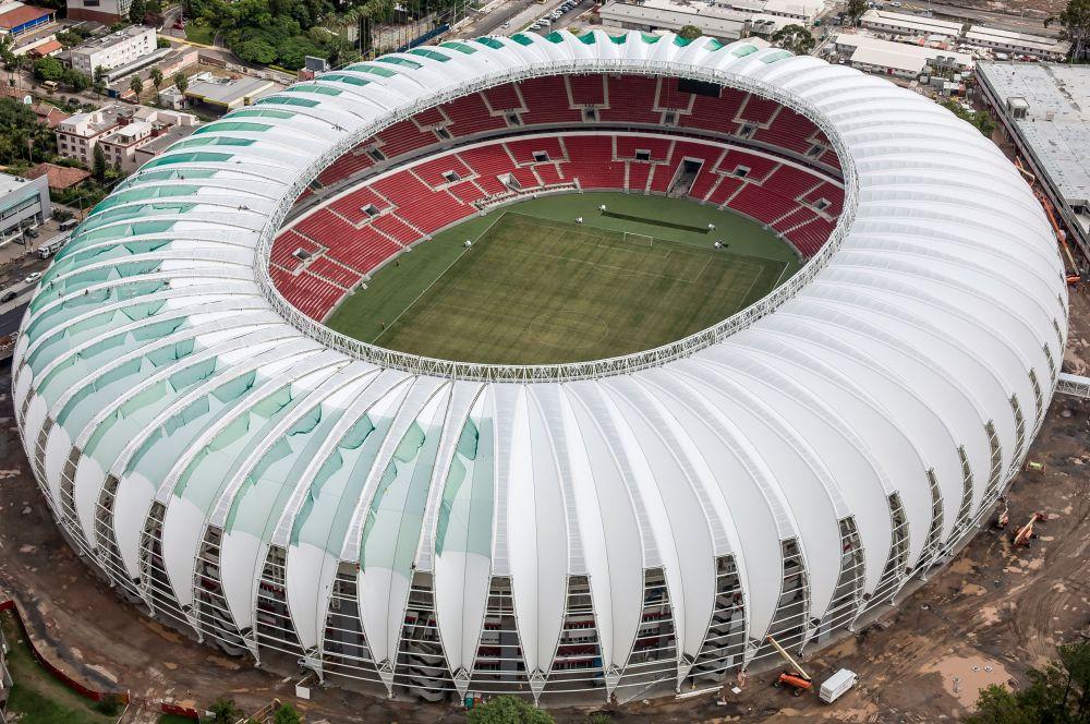 Арена «Бейра-Рио» в Порту-Алегри, домашний стадион «Интернасьонала». В строительстве этого стадиона активно участвовали местные болельщики – они помогали цементом, гвоздями, кирпичами. Благодаря их усилиям в 1969 году здесь прошёл товарищеский матч между «Интернасьоналем» и португальской «Бенфикой», а тремя годами позже за поединком звёзд штата Риу-Гранди-ду-Сул и сборной Бразилии наблюдали уже 106 554 человека.