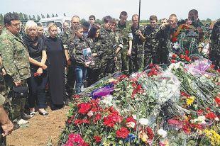 Жители ЛНР прощаются с жертвами авиаудара, нанесённого по центру Луганска.