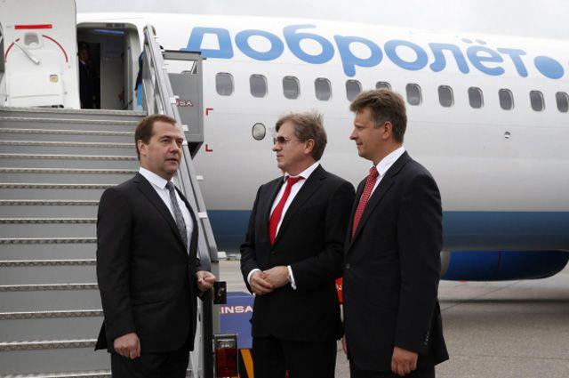 Председатель Правительства РФ Дмитрий Медведев, генеральный директор авиакомпании «Аэрофлот» Виталий Савельев и министр транспорта РФ Максим Соколов.