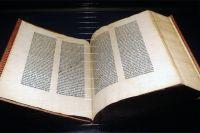 Экземпляр Библии Иоганна Гутенберга из музея в Майнце.