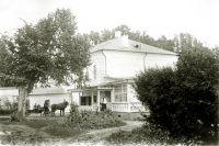 Гости у усадьбы Льва Толстого «Ясная Поляна». 1897 год.