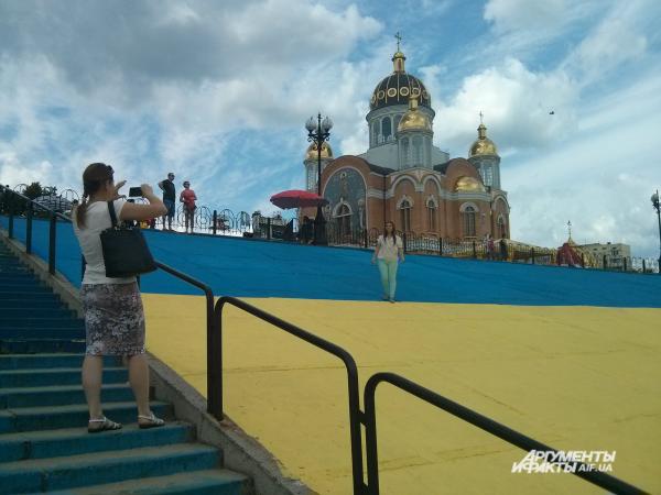 Фото на память. «Сине-желтая» набережная привлекает внимание горожан и гостей Киева