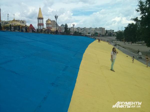 На украинский флаг активисты потратили 600 литров краски