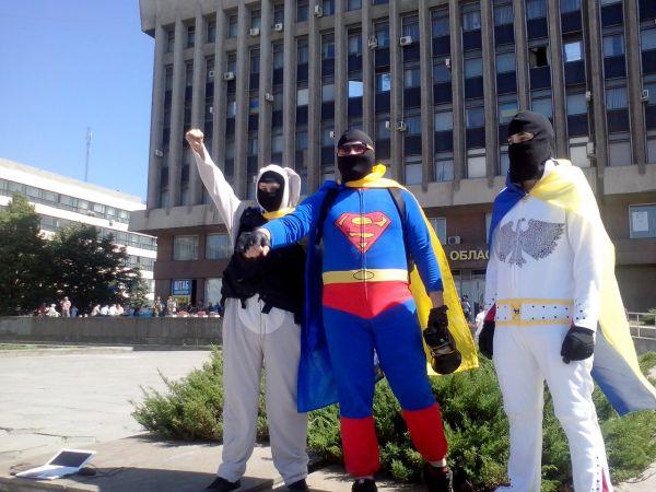 Трио «супергероев» у административного здания в Запорожье