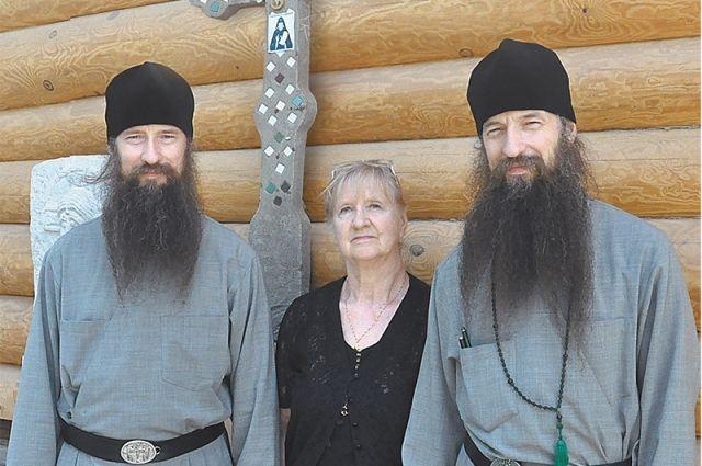 Иеромонахи Кирилл и Мефодий рядом с мамой Людмилой Ивановной.