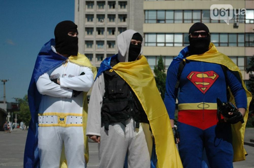 Трое мужчин надели на себя патриотические костюмы в виде Зайца, Супергероя и Элвиса Пресли