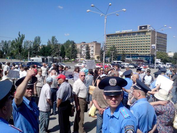 Милиции пришлось встать живым щитом между митингующими и обычными прохожими, которые пытались разогнать акцию