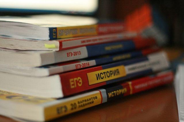 Для подготовке к ЕГЭ приходится изучить много пособий, пройти несколько раз пробные тесты.