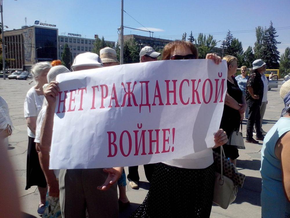 Жители Запорожья пикетировали здание ОГА