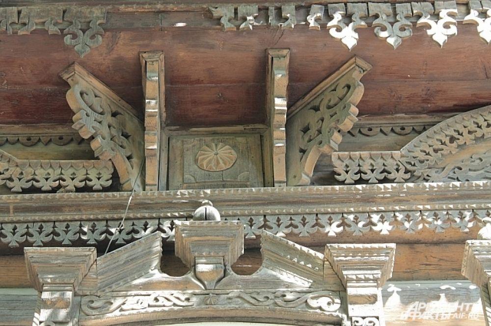 Наши древоделы, опирались не только на традиции, они осваивали также современные на тот период композиционные приемы (русское барокко, классицизм, модерн.) и другие различные течения и новшества городской архитектуры.