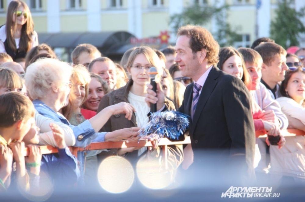 Девушки и женщины приходили в восторг, когда Демидов подходил к ограждению.