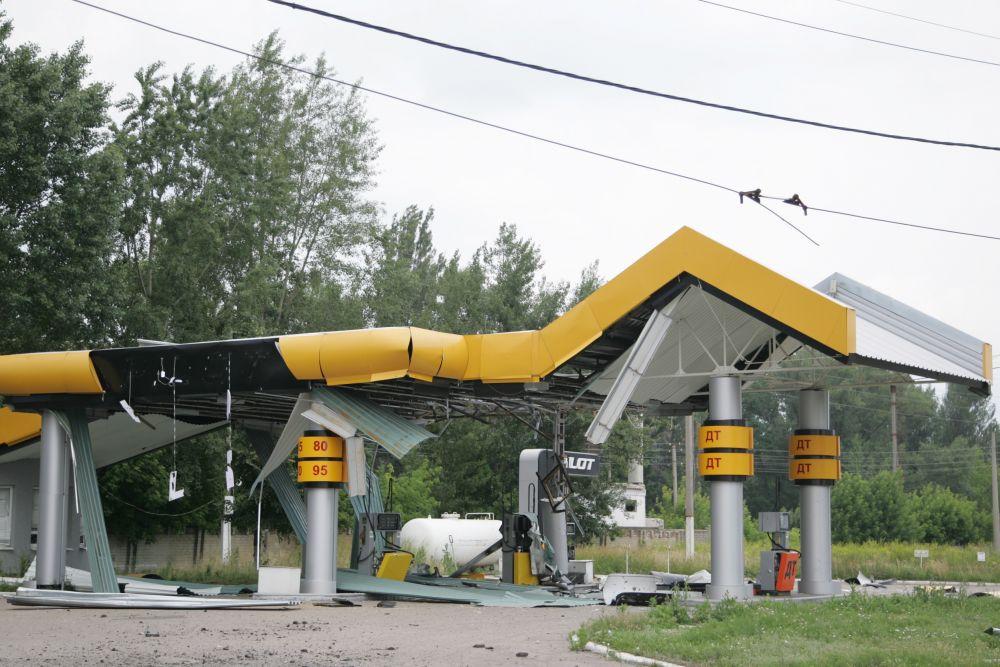 Автозаправочная станция пострадала после вооруженного противостояния между силами АТО и боевиками в Славянске