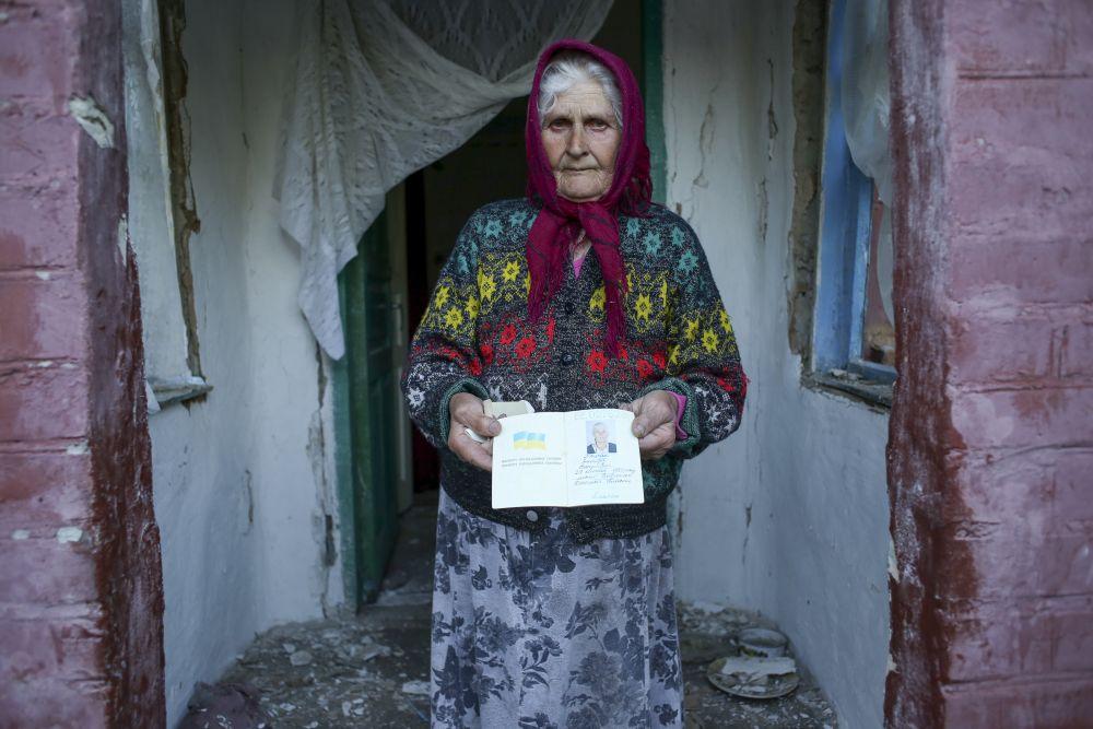 Жительница одного из сел в Славянском районе возле уничтоженного дома