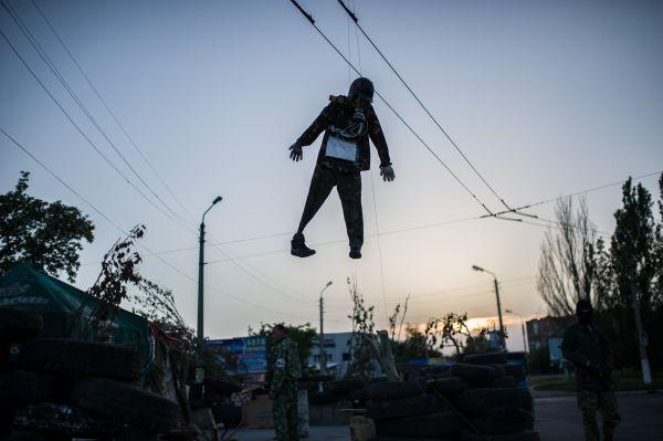 Необычный манекен висит на одном из сепаратистских блокпостов