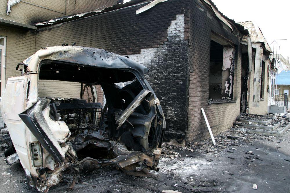 Жилое здание и авто после боев с применением артиллерийских орудий в Славянске