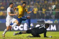 Халк в матче между сборными командами Бразилии и Сербии.