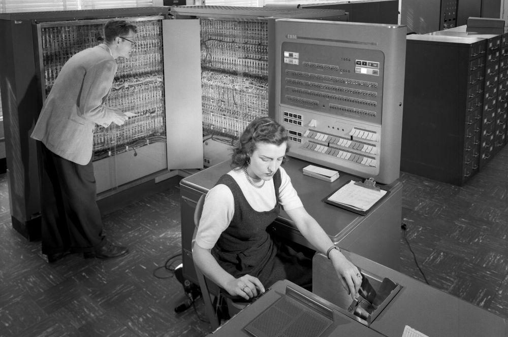 Десятью годами позднее в лаборатории IBM в Покипси под руководством Артура Сэмюеля система компьютера IBM 704 была перепрограммирована для игры в шашки. Сейчас эта игра считается первой самообучающейся программой.