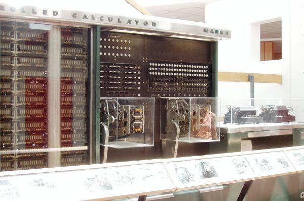 Компания IBM создала первый в Америке программируемый компьютер – «Марк I». Согласно документации производителя, полное название машины звучит так: «Автоматический вычислитель, управляемый последовательностями». Компьютер был построен в 1941 году и фактически представлял собой продвинутый арифмометр, но дал значительный толчок практическому изучению вычислительных технологий.