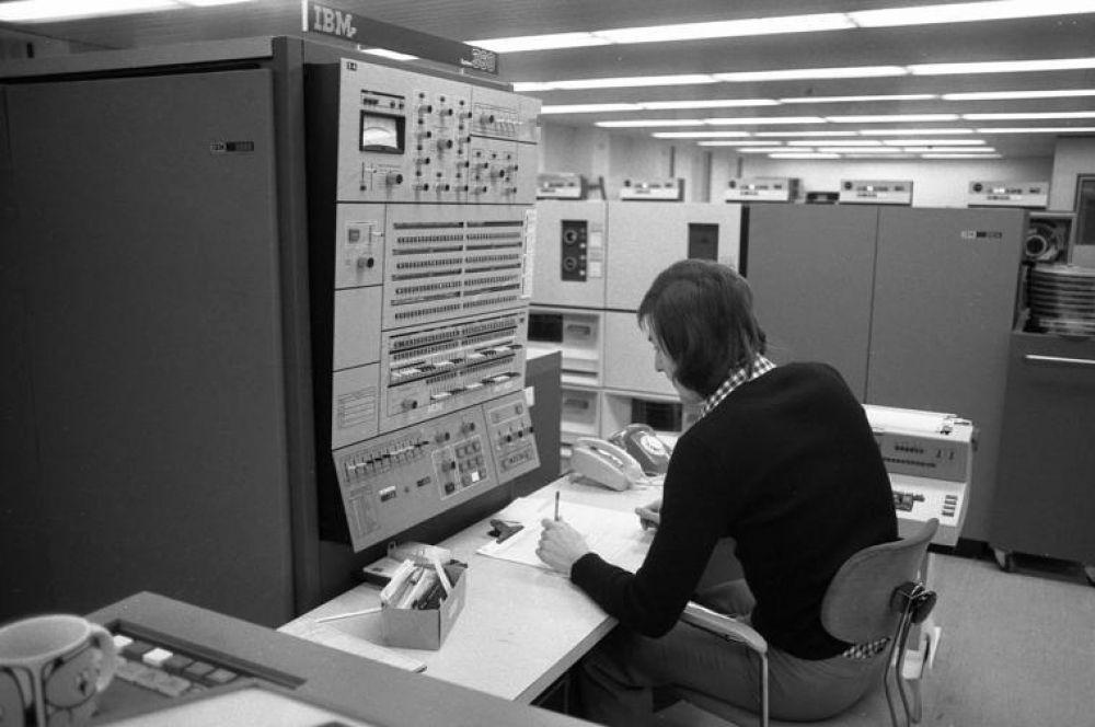Ещё через два года IBM представила System/360 – линейку компьютеров класса мейнфреймов. Это был первый случай, когда в рамках одной концепции производились сразу несколько машин различной конфигурации, при этом каждая использовала один и тот же набор команд.
