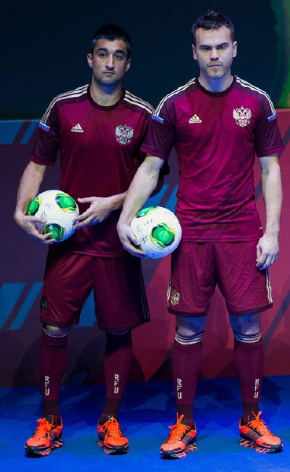 Сборная России будет играть в Бразилии в форме красного цвета оттенка Кремлёвской стены с полосами золотистого цвета.