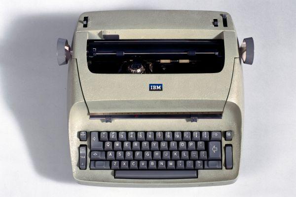 Принтеры в 50-60-х годах оставались слишком громоздкими и ещё не были так популярны. В 1961 году IBM представила электронную печатную машинку IBM 72 с шариковой головкой. Это устройство произвело эффект революции в офисах, поскольку позволяла создавать документы быстрее любой другой техники в то время.