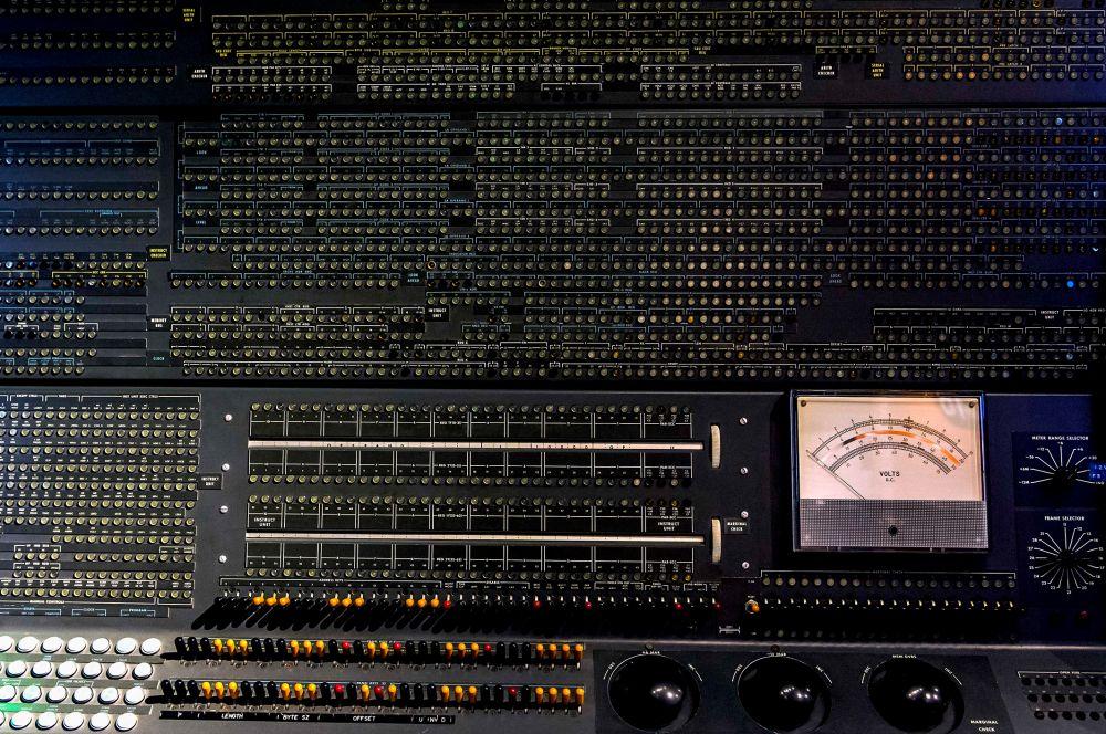 В 1962-м IBM представила свой первый транзисторный суперкомпьютер 7030 Stretch. Это была первая система с функцией предпросмотра и конвейерной обработки данных.